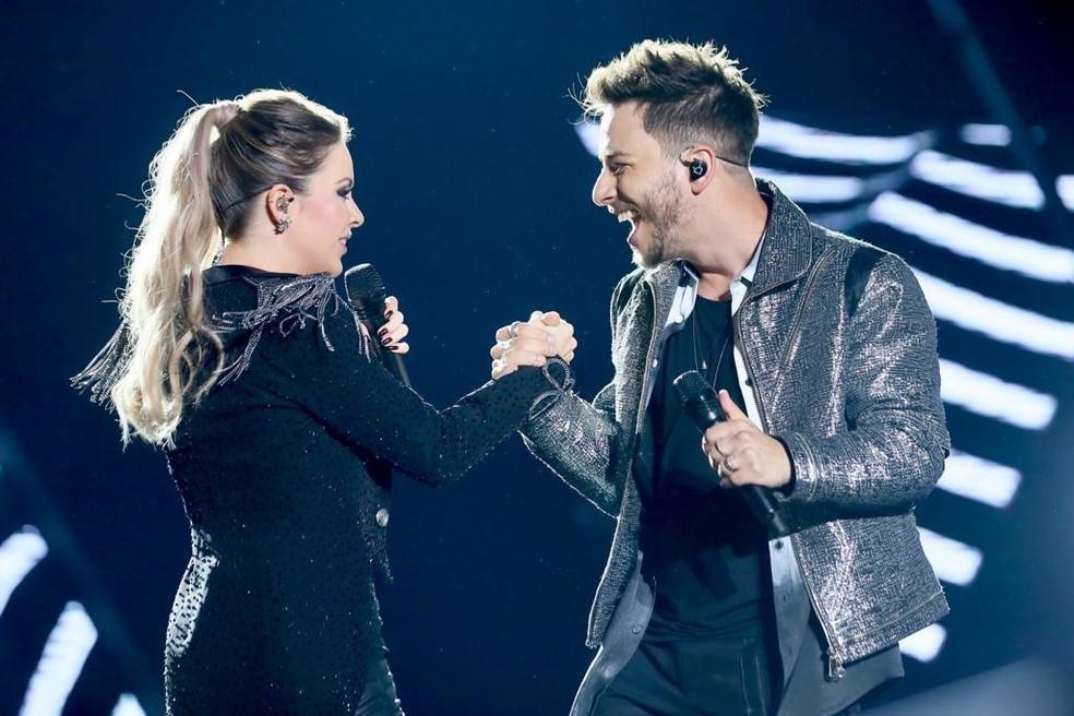 Emocionada, Sandy encerra turnê com Junior em show para mais de 100 mil pessoas