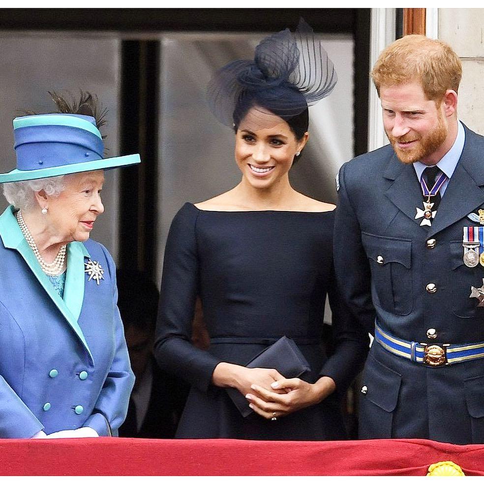 Rainha diz que Família Real apoia Harry e Meghan, mas que saída é complexa.